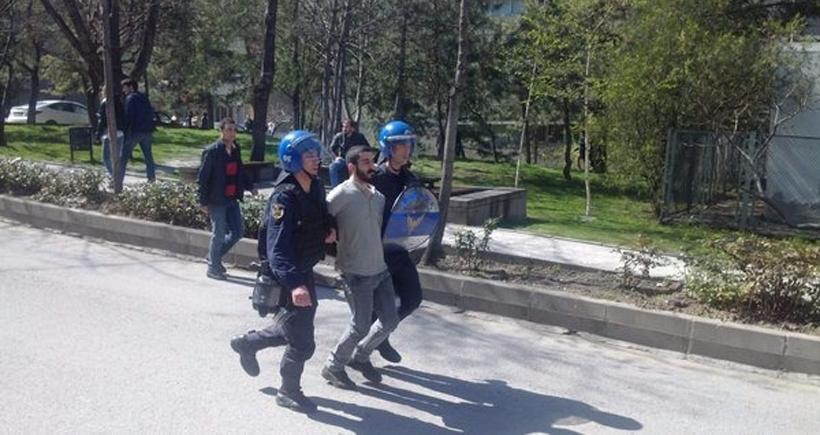 Ankara Üniversitesinde öğrenciye gözaltı, akademisyene plastik mermi