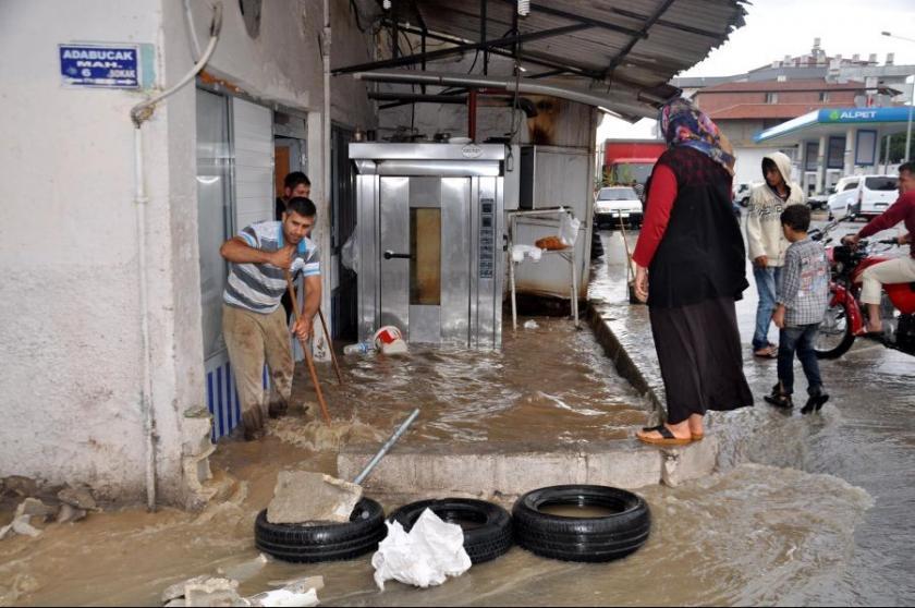 Reyhanlı'da ev ve işyerleri sular altında kaldı