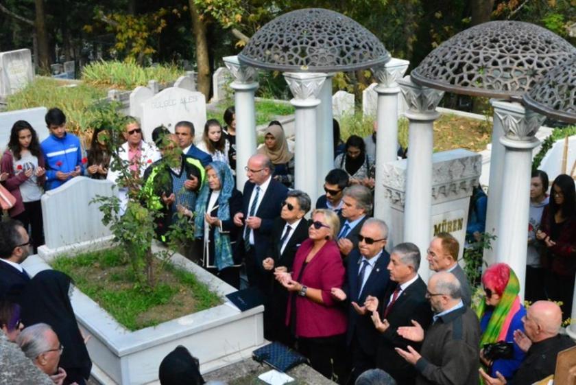 Zeki Müren, mezarı başında anıldı
