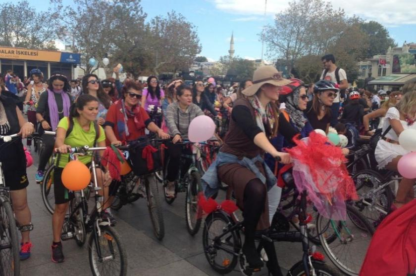 'Süslü kadınlar' Kadıköy'de de pedal çevirdi