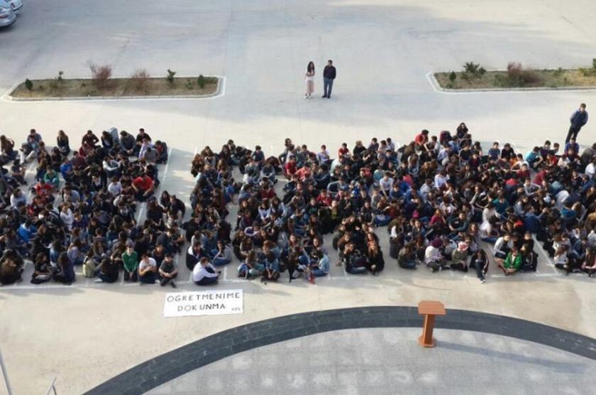 İFL öğrencileri oturma eylemi yaptı
