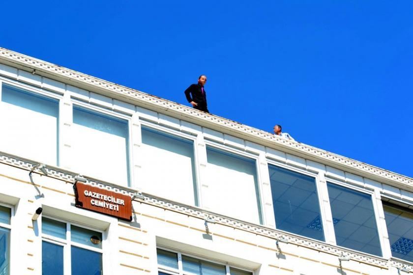 Kayseri Belediyesi'nden atılan 4 işçi çatıya çıktı