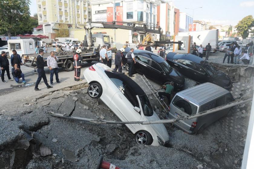 Merter'de kaldırım çöktü: 5 araç çukura düştü