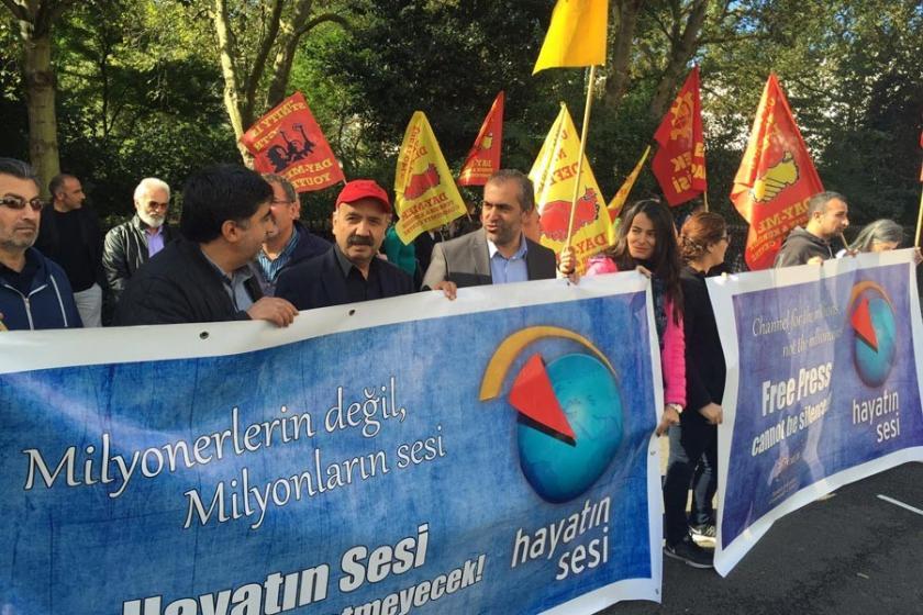 Kapatmalar Londra Türkiye Elçiliği önünde protesto edildi