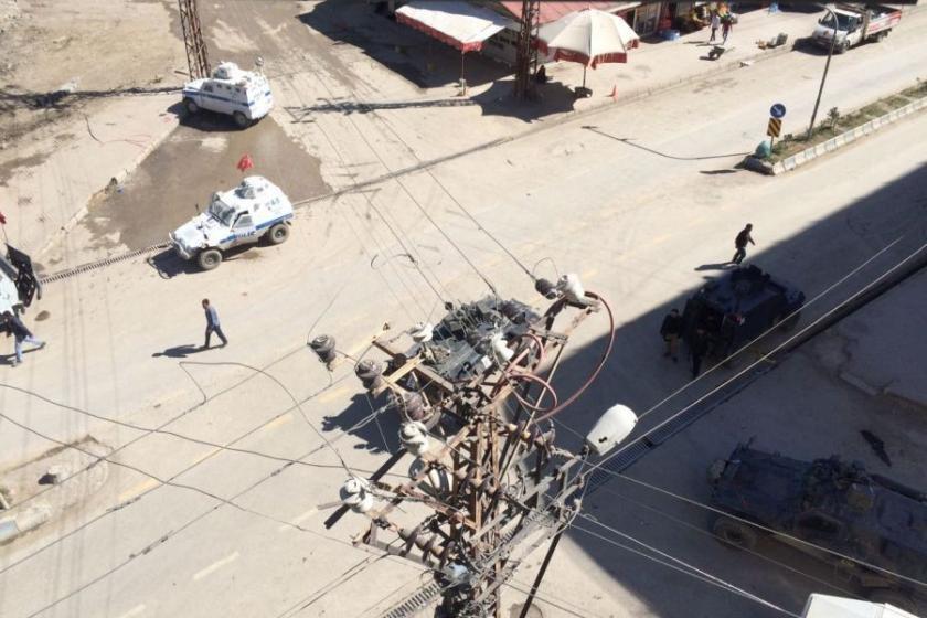 Yüksekova'da zırhlı araçtan ateş açıldı: 4 ölü 2 yaralı