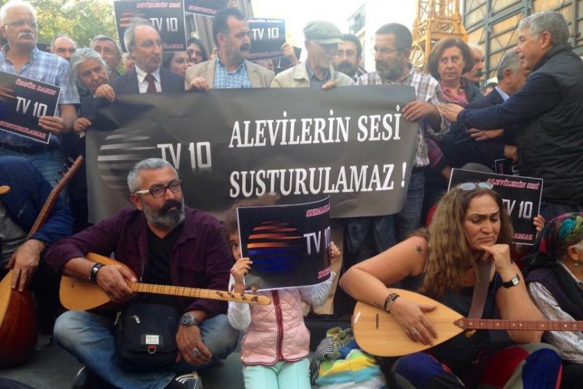 TV10'un kapatılması türkülerle protesto edildi