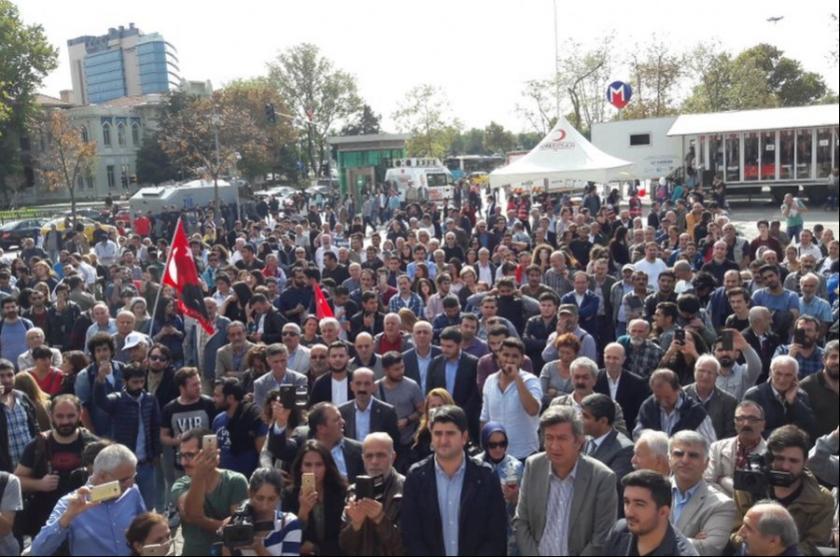 TV ve radyoların kapatılması Kadıköy'de protesto edildi