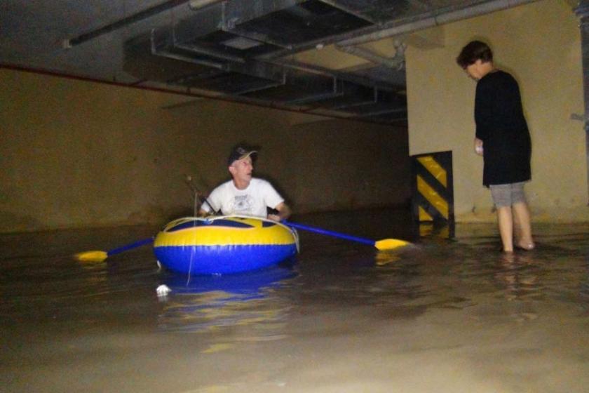 Bodrumunu su basan TOKİ'de ulaşım botla sağlanıyor!