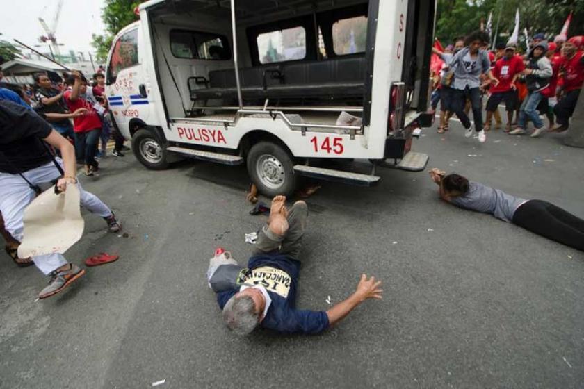 Filipinler'de polis, aracını halkın üzerine sürdü