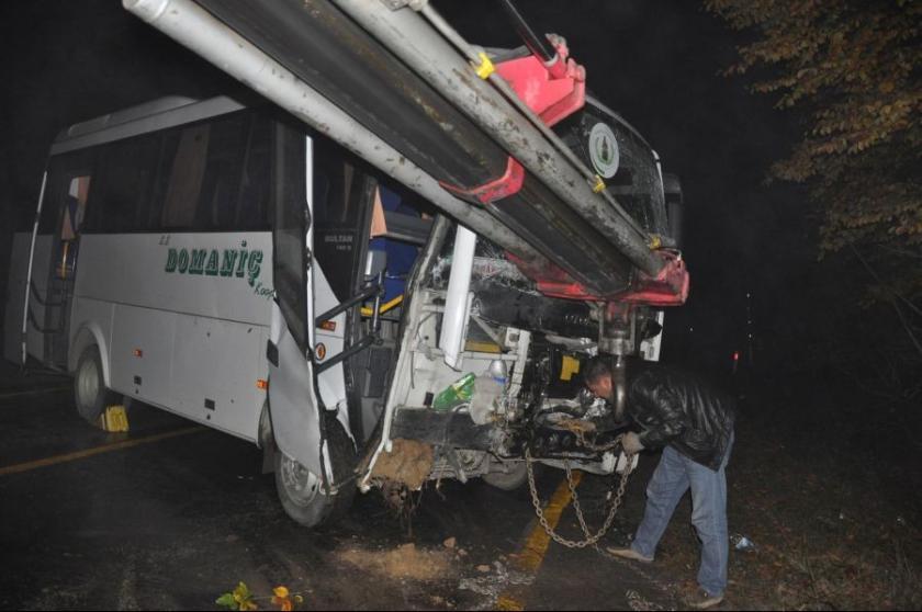 İşçi servisi duvara çarptı: 11 yaralı