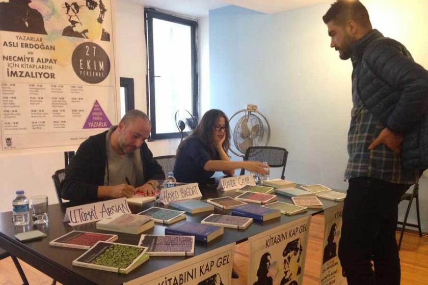 Yazarlar, Aslı Erdoğan ve Necmiye Alpay için kitap imzaladı