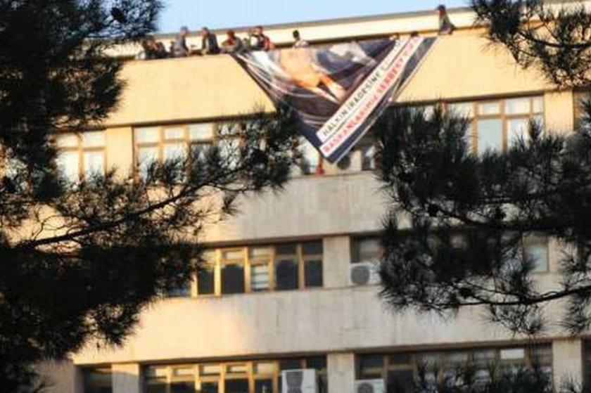 Diyarbakır'da belediye çalışanlarına pankart gözaltısı!
