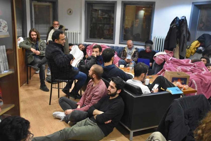 Cumhuriyet Gazetesi önünde battaniyeli nöbet