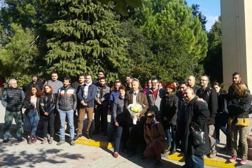 İÜ'de öğrenciler, ihraç edilen hocalarını uğurladı
