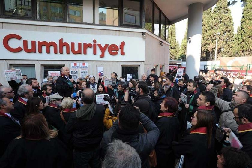 Avukatlar cübbeleriyle Cumhuriyet gazetesine yürüdü