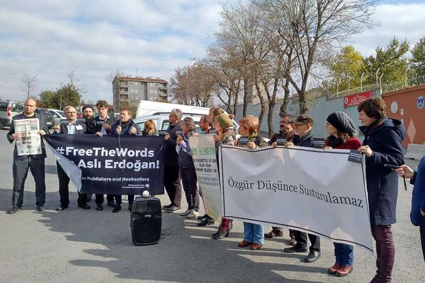 'Kelimelere özgürlük, Aslı Erdoğan'a özgürlük'
