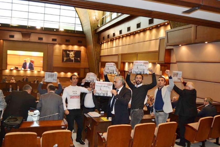İBB Meclisi'nde Cumhuriyet Gazetesi eylemi