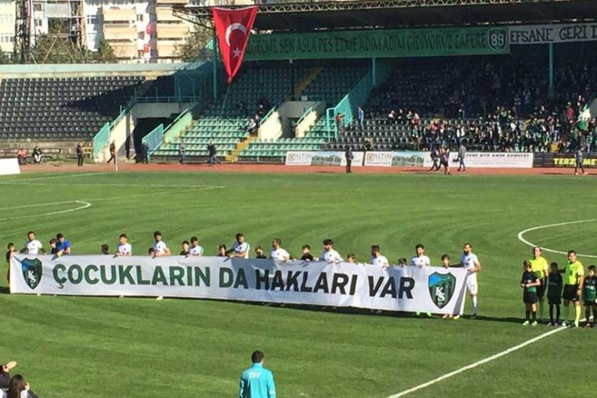 Kocaelispor'dan 'Çocukların da hakları var' pankartı