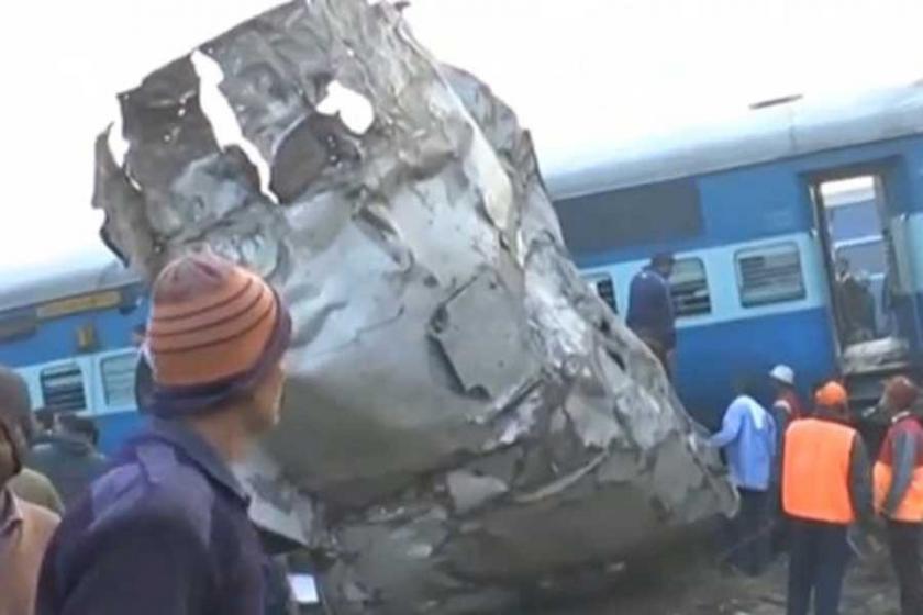 Hindistan'da tren raydan çıktı: En az 90 ölü 150 yaralı