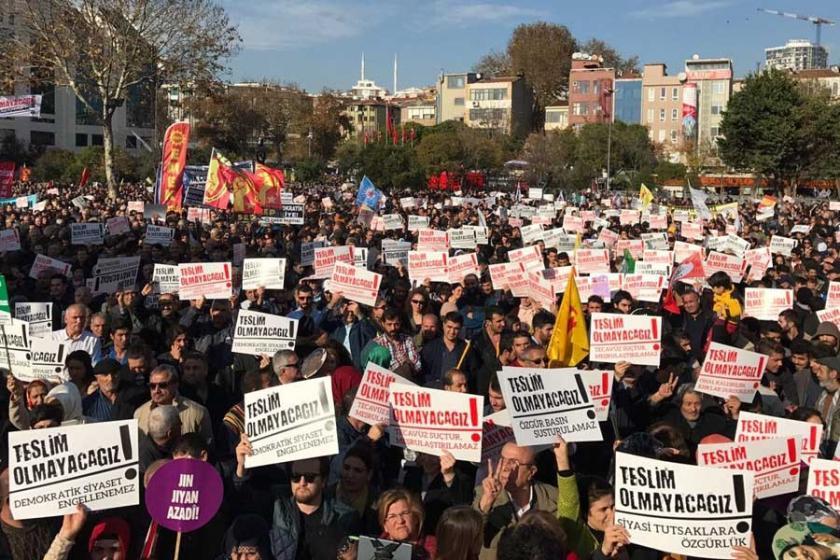 On binler tek bir ağızdan haykırdı: Teslim olmayacağız