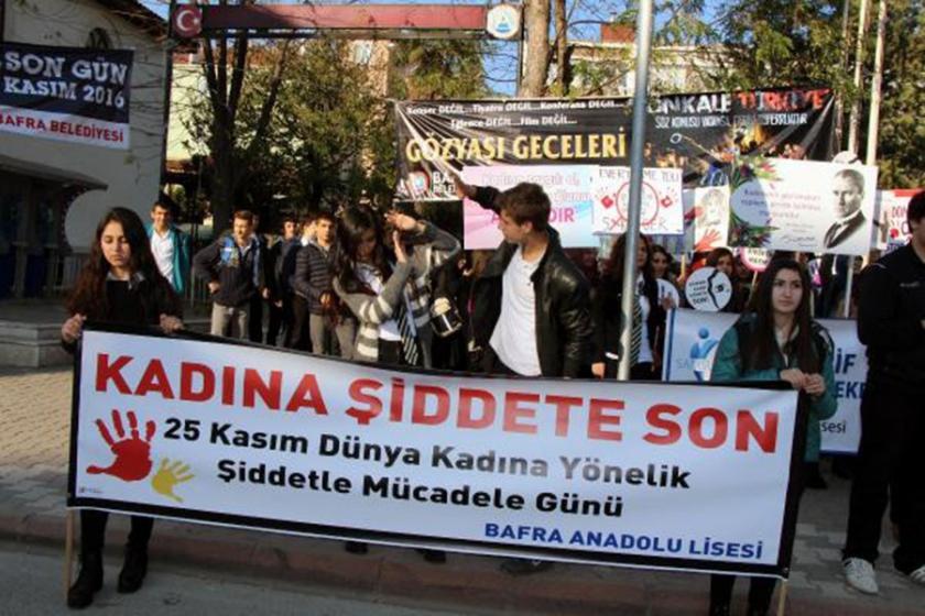 Liselilerden kadına şiddete tiyatrolu protesto