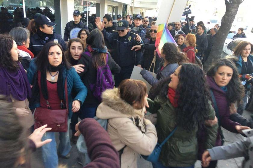 Ankara'da kadınların 25 Kasım yürüyüşüne polis saldırısı