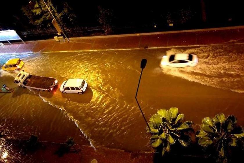 Sağanak yağış, Antalya'yı etkisi altına aldı