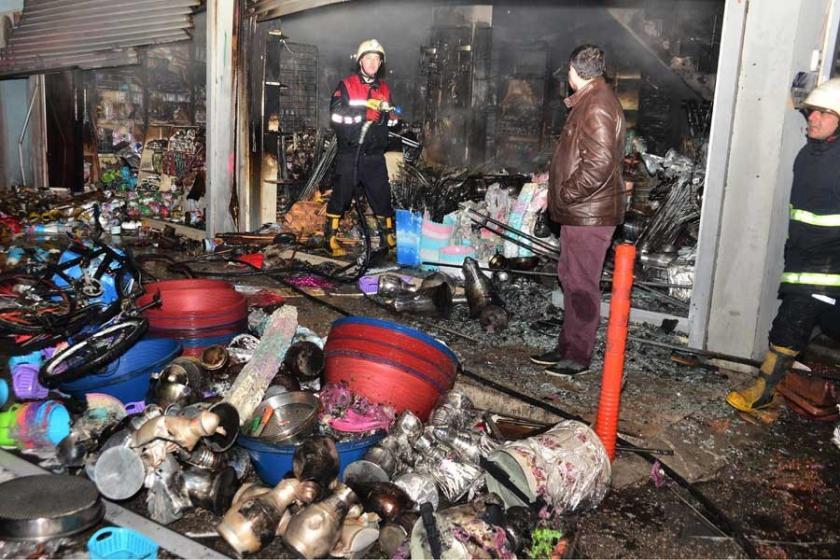Adana'da züccaciye dükkanı küle döndü