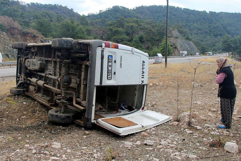 Kemer'de işçi servisi devrildi: 5 yaralı