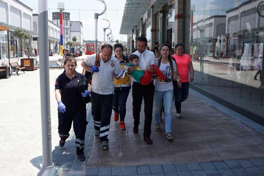 Elini yürüyen merdivene kaptıran çocuk yaralandı
