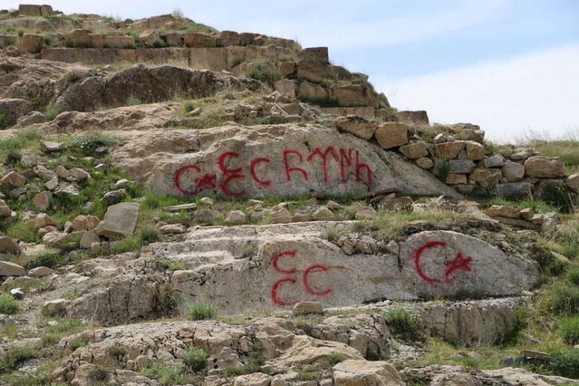 Tarihi kaleye üç hilal yazılaması
