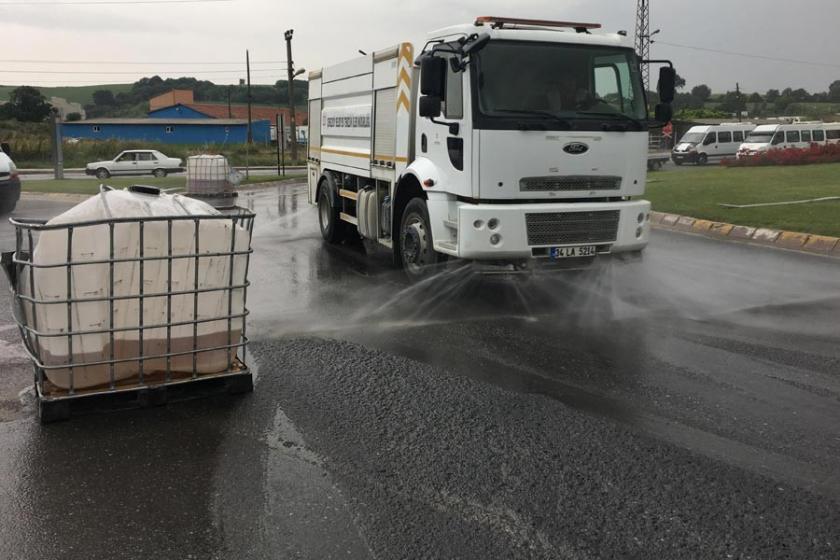Kamyondan düşen 4 ton hidroklorik asit yola döküldü
