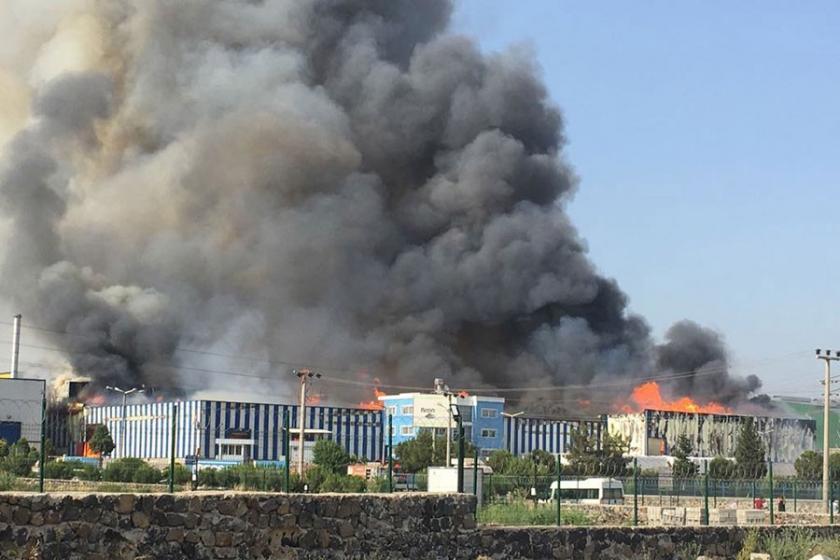 Kağıt fabrikasındaki yangına söndürme uçağı istendi