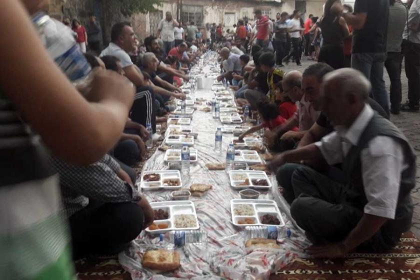 Suruç aileleri Sur'da kurulan yeryüzü sofrasına katıldı