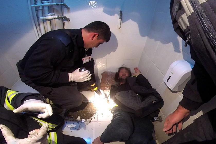 Telefonunu kurtarmak isterken kolunu tuvalete sıkıştırdı