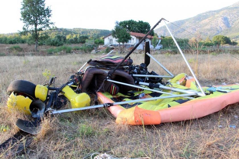 Havada arızalanan yelken kanat düştü: 2 yaralı