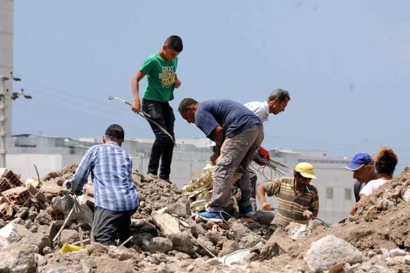 Adana sıcağında molozlar arasında ekmek mücadelesi