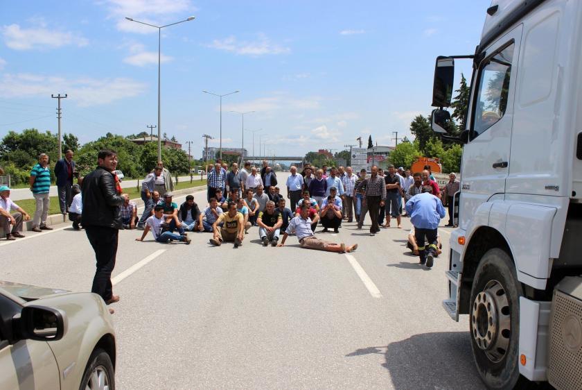 Samsun Çarşamba'da çiftçiler karayolunu  kapattı