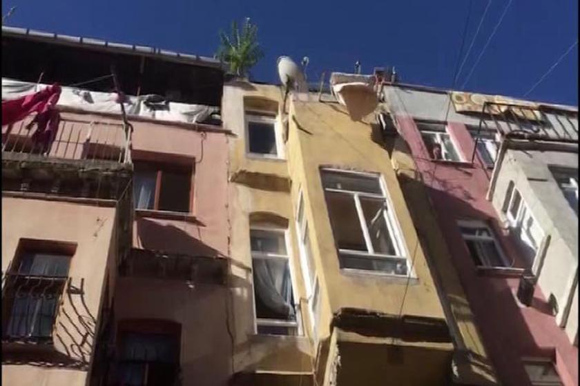 Fatih'te binanın çatı katı çöktü: 1 kadın yaşamını yitirdi