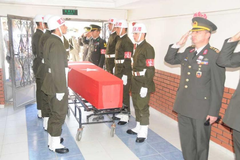 Asker taşıyan otomobil devrildi: 1 asker yaşamını yitirdi