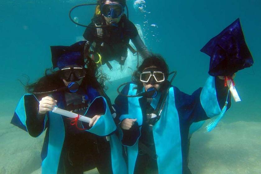 Su altında mezuniyet töreni