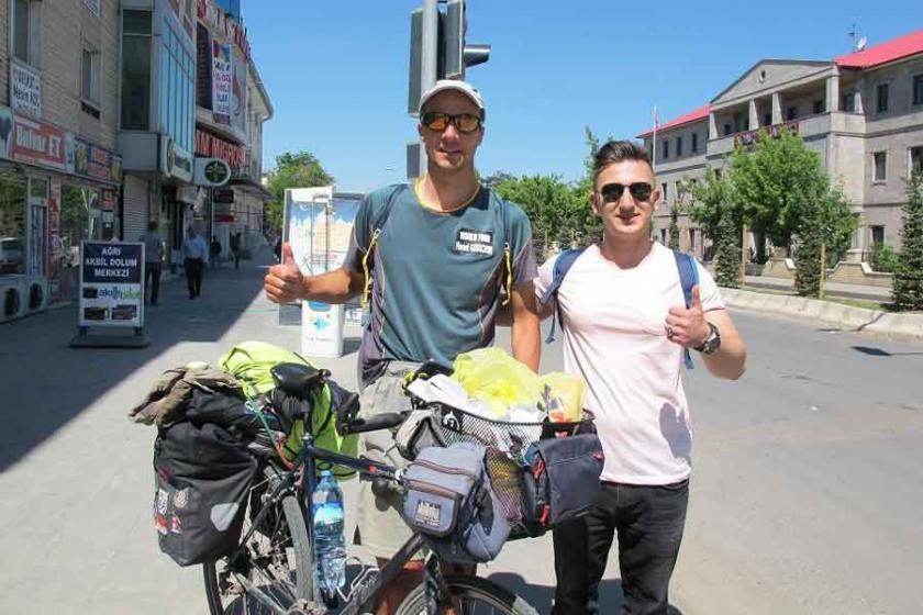 Bisikletiyle dünyayı geziyor