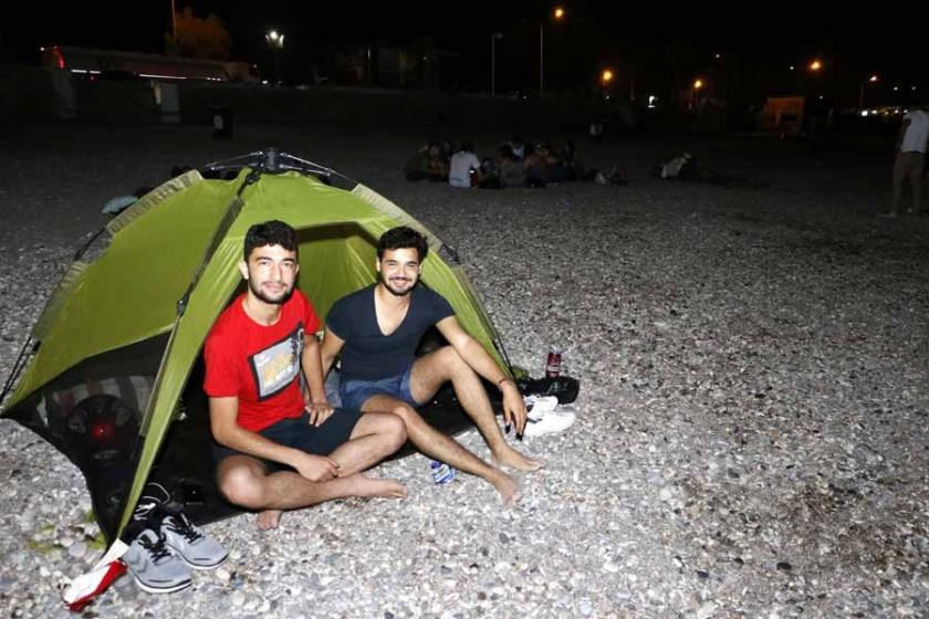 Antalya'da sıcaktan bunalanlar gece çadır kurup sabahladılar