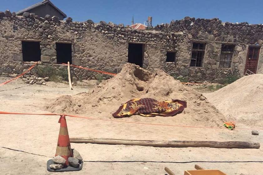 Kum yığının altında kalan 9 yaşındaki çocuk öldü
