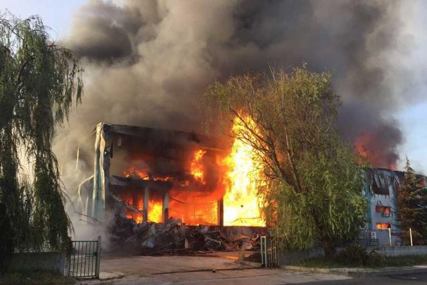 Çerkezköy'de fabrika yangını, boş işçi minibüsü de yandı