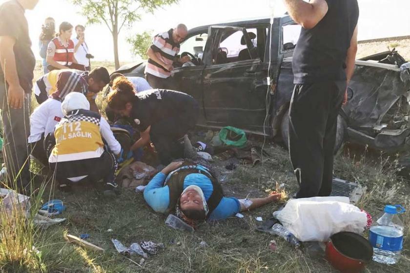 Kadın tarım işçilerini taşıyan araç takla attı: 2 işçi öldü