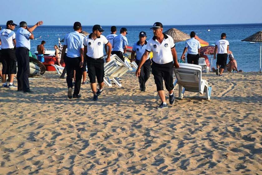 Sarımsaklı plajında şezlong ve şemsiyelere müdahale