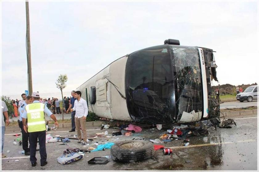 Gürcistan otobüsü devrildi: Çoğu çocuk 38 kişi yaralandı