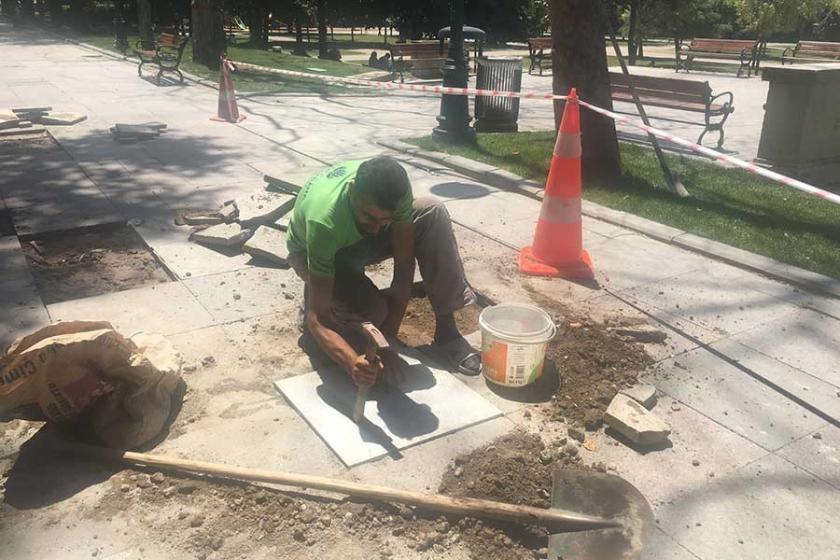 İşçiler sıcağın altında saatlerce çalışıyor