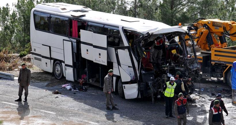 Tarım işçilerini taşıyan otobüsle TIR çarpıştı: 4 ölü